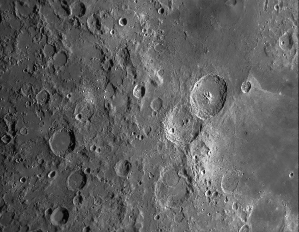 Cratères remarquables : centre gauche Abulfeda (63x62km) centre droit Cyrillus (98x98km), Theophilus (101x101km), bas droit Catharina (101x100km)