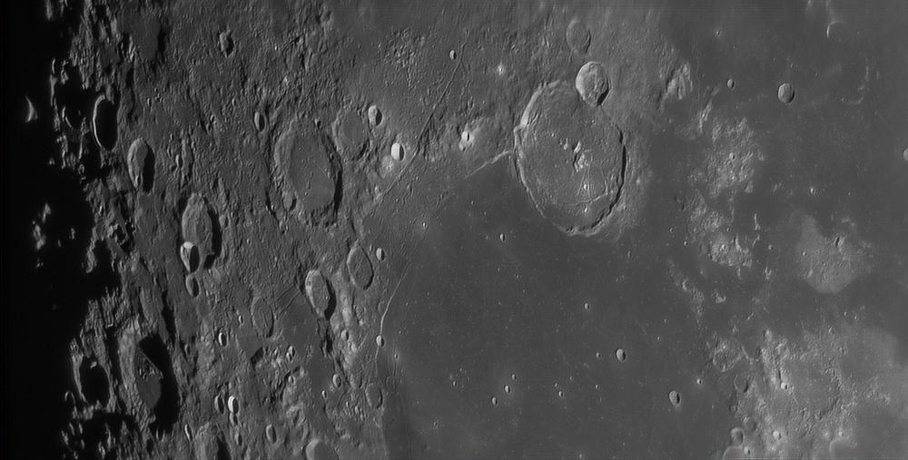 Grands cratères de gauche à droite : Vieta, Cavendish, Mersenius, Gassendi. Rima Mersenius, rima Gassendi