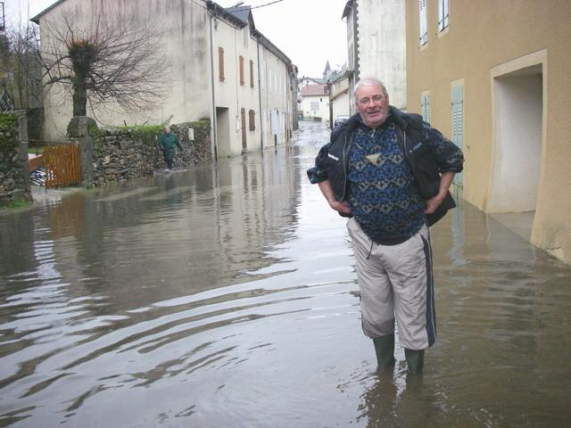 Jean Luc débouche les regards d'eau de pluie à La Bastide...