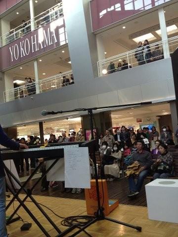 ワールドポーターズという横浜の大きなショッピングセンターでのライブ。たくさんの方に聞いていただき、カンパを頂きました。ありがとうございました。