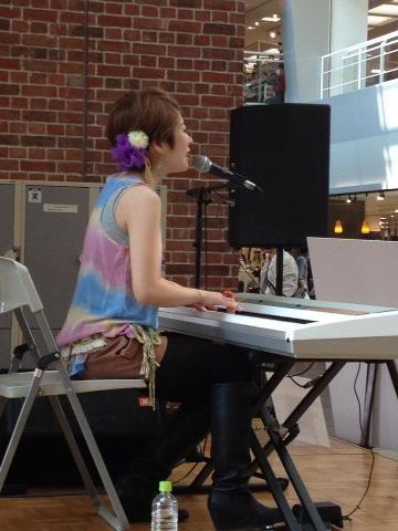 小澤紗来さん。弾き語りの演奏でした。