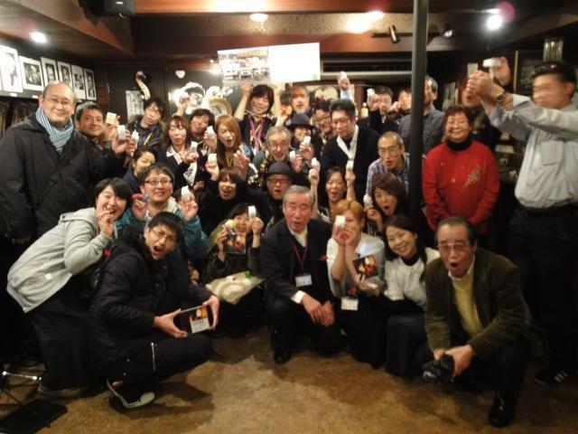 齊藤館長を囲んでプレーヤー、来場者で記念写真
