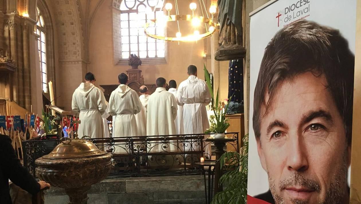 Samedi 19 mai, Mgr Thierry Scherrer, évêque de Laval, a célébré une messe qui a rassemblé 700 personnes, parmi lesquelles des prêtres, des responsables des paroisses... | Ouest France