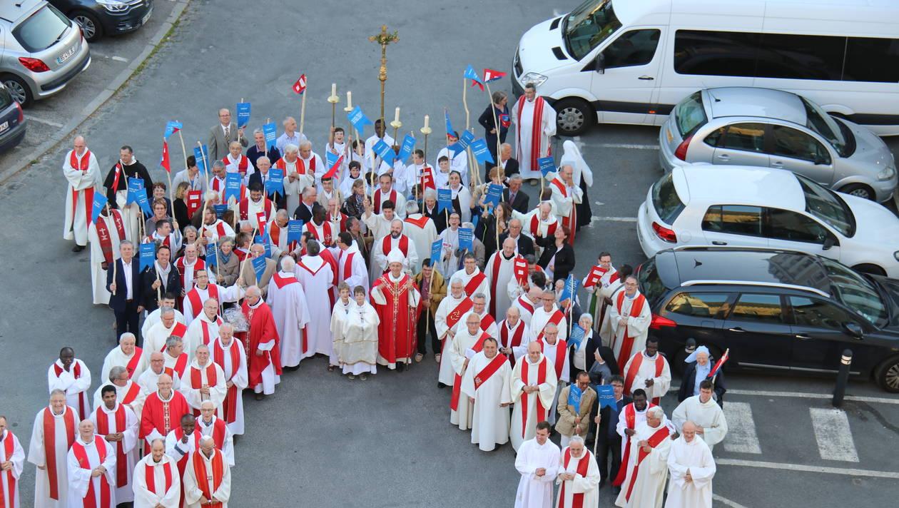 A l'issue de la cérémonie, l'évêque de Laval Thierry Scherrer, les prêtres et des représentants des paroisses sont partis en procession. | Véronique Larat. Diocèse de Laval.