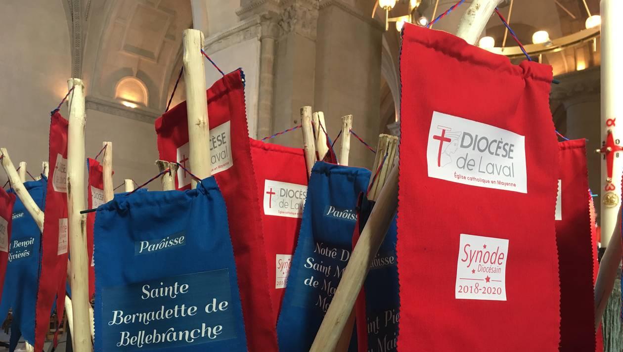 Chaque paroisse s'est vu remettre un bâton de marche. | Véronique Larat. Diocèse de Laval.