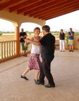 Tangokurs auf dem Balkon der Finca (foto: Ulrike Parnow)