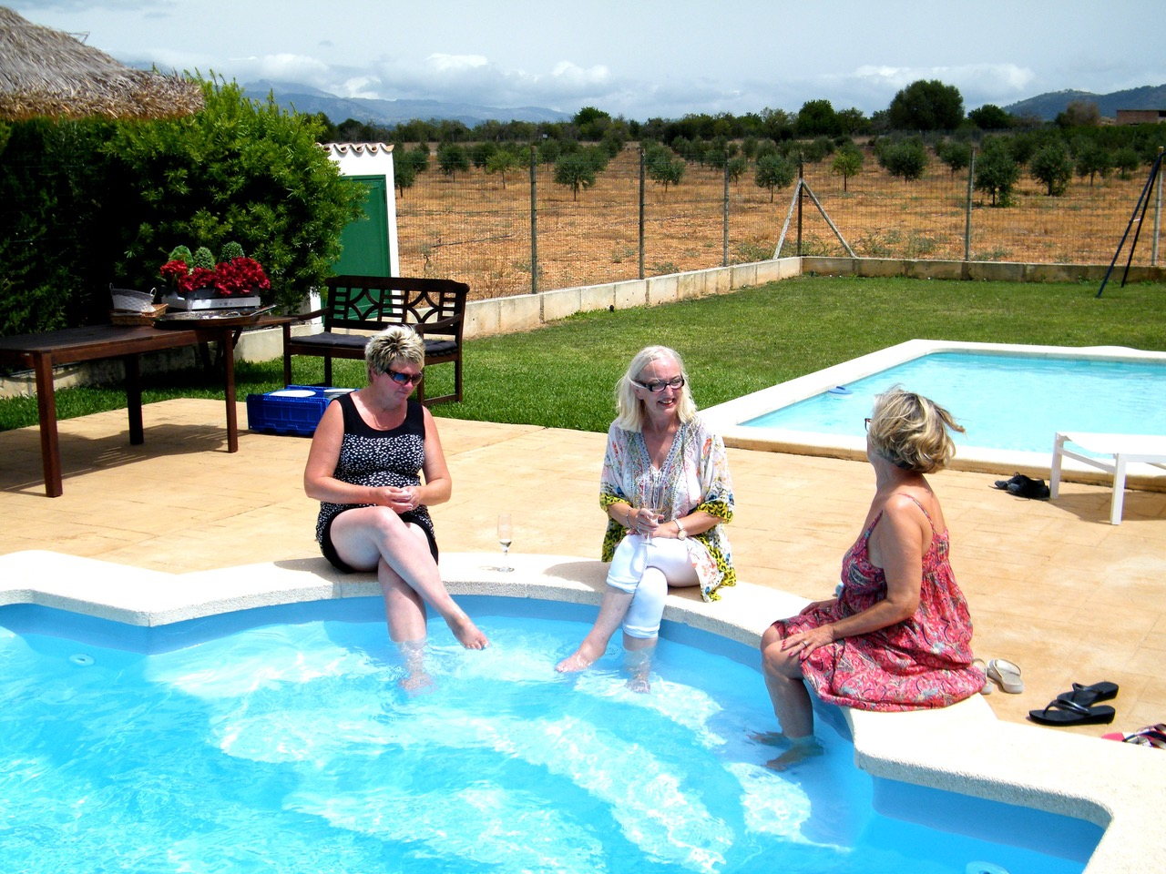 Drei Damen am Pool (Foto: Jens Scholey)