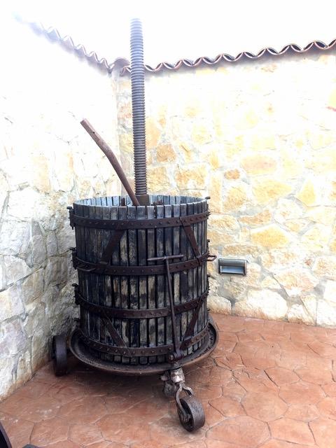 Eine alte Traubenpresse auf der Finca
