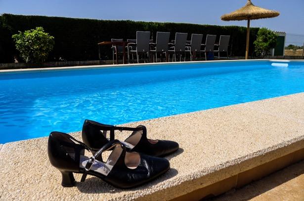 Tangoschuhe am Pool (Foto: Ulrike Parnow)