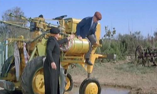 """Louis de Funès , """" descente dangereuse"""" d'un tracteur Lescure dans le film """"Le petit baigneur"""""""