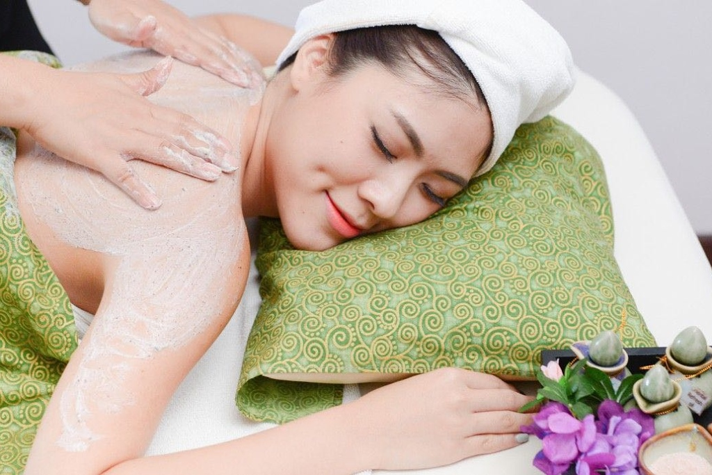 Körperpeeling mit Meersalz-Aromaöl-Massage