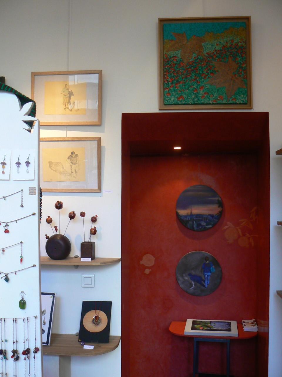 Mehrzad najand - peintures:  mur rouge - dessins . au dessus de la porte : peinture De F Trotabas