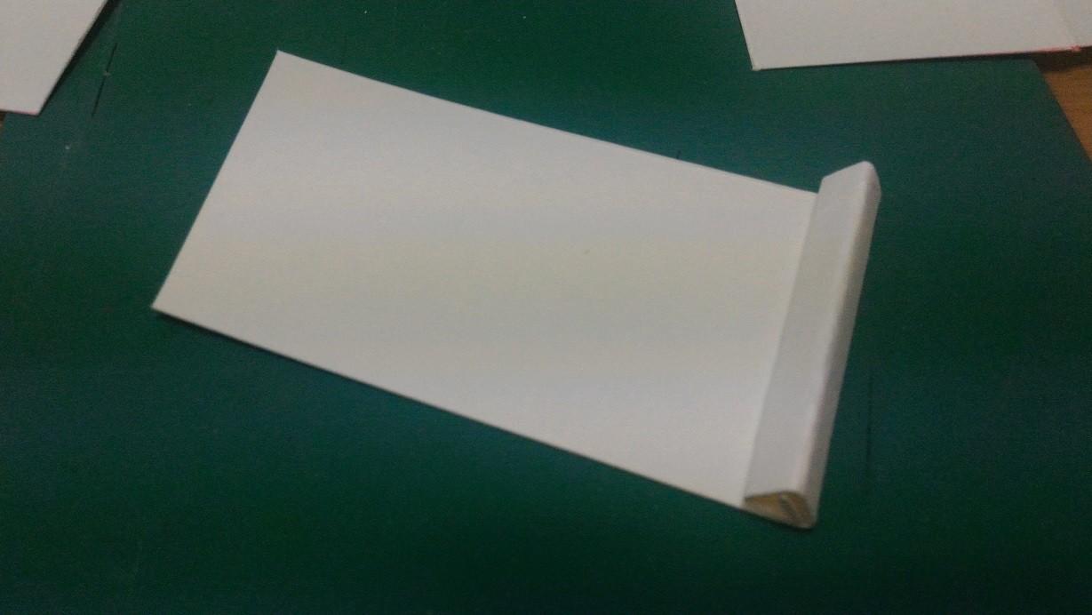 余った紙で口用を切り出して、