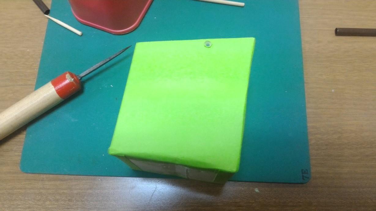 【工夫3】紙パックに竹串用の穴あけ。