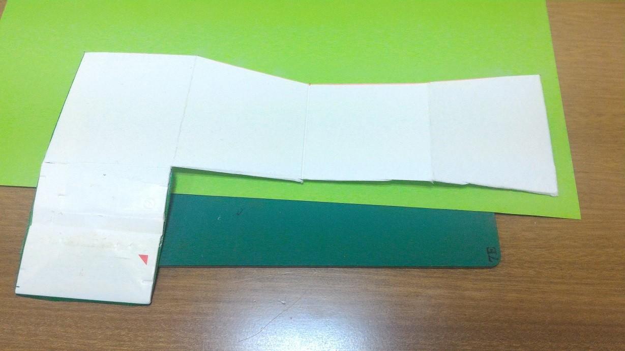 色画用紙を貼って…