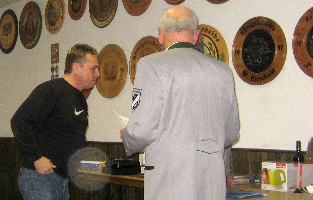 Da es genügend Preise gab, konnte auch unser Bester Schütze (133 von 150 Ringen) ein Präsent abholen. (Bild: Rainer Weiß)