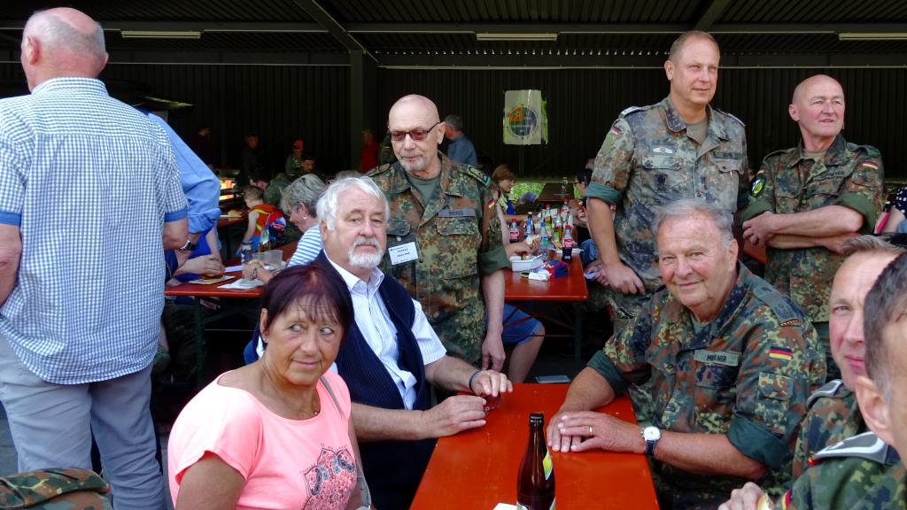 Die Kreisgruppe RNO: Oberfeldwebel d.R. Rainer Weiß, Hauptfeldwebel d.R. Rudi Joho, Oberstleutnant d.R. Thomas Schreier (RSU-Kompanie), Oberstleutnant d.R. Wilfried Meissner. In Zivil: Oberstleutnant d.R. Gerd Teßmer. (Bild: Rainer Weiß)