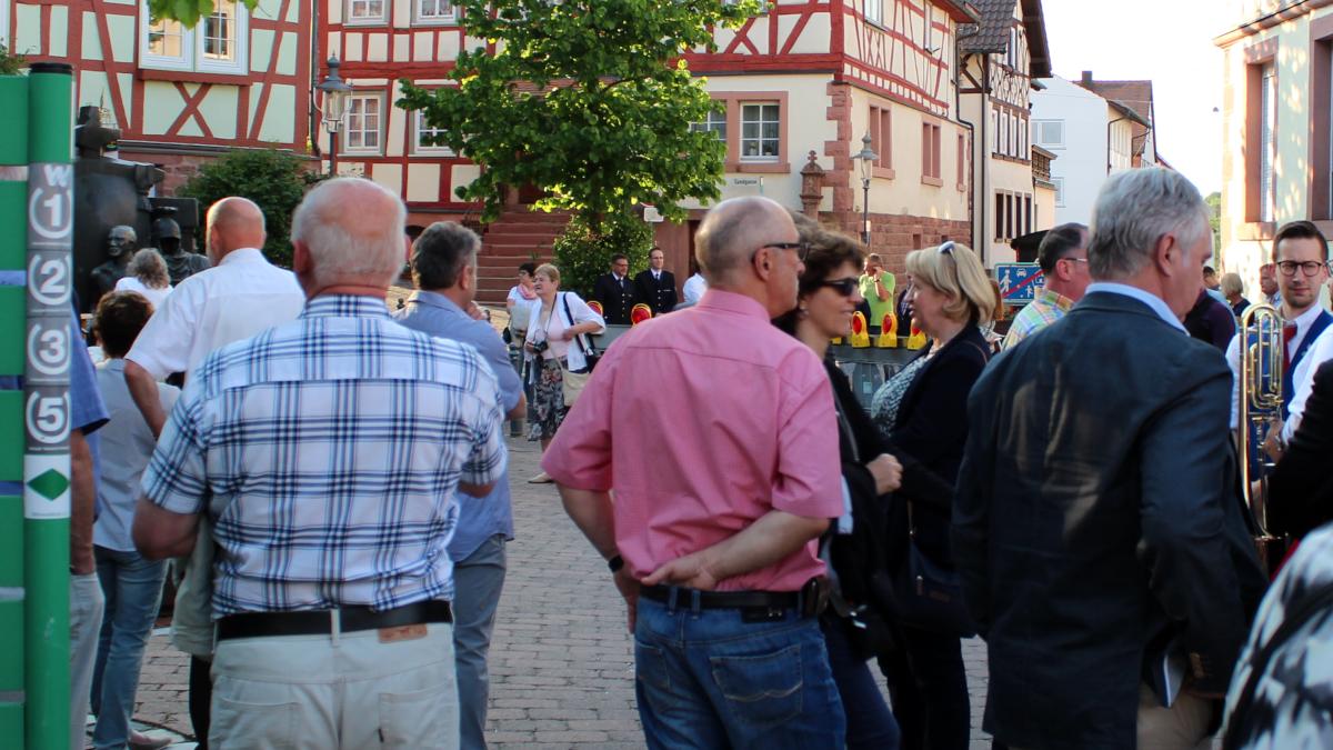 Langsam füllt sich der Miltenberger-Torplatz mit Zuschauern. (Bild: Rainer Weiß)