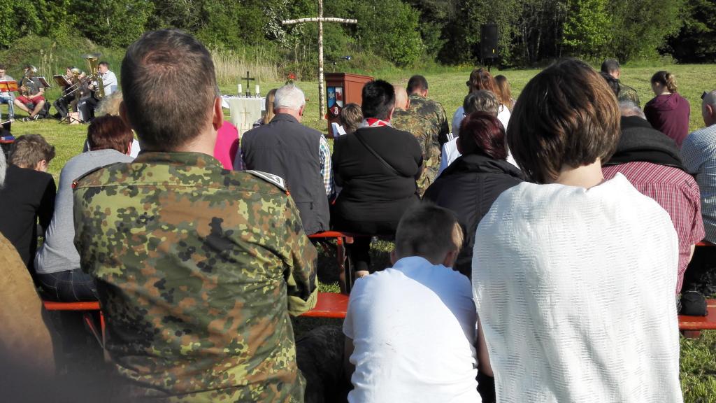 Noch ein Blick auf die Teilnehmer am Feldgottesdienst. (Bild: Rainer Weiß)