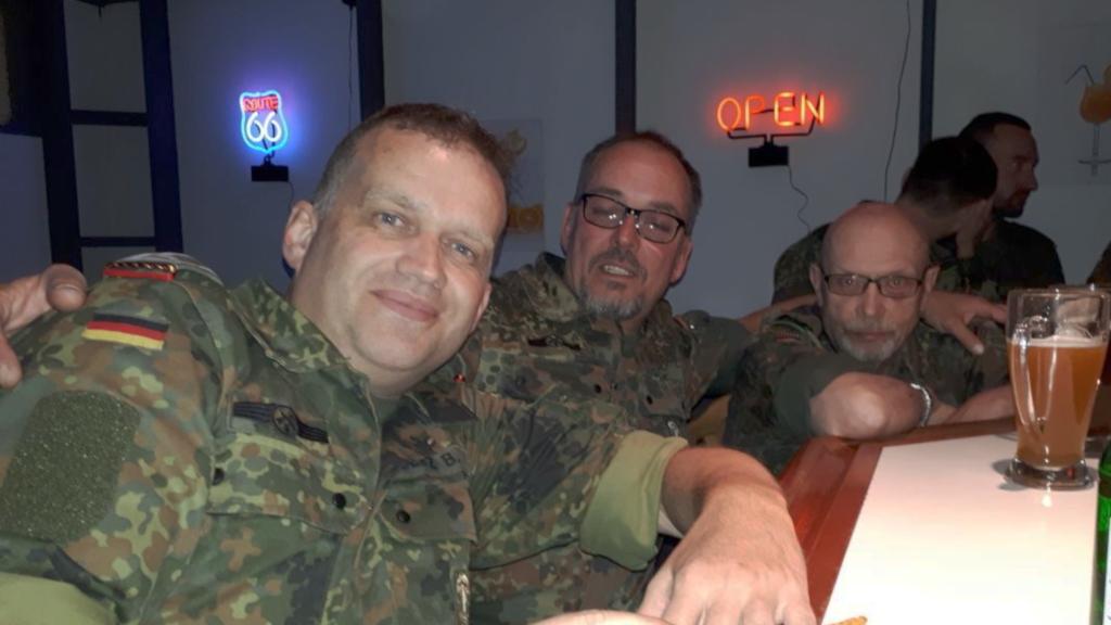 Ein gelungener Tag geht zu Ende. Feldwebel d.R. Bernd Seitz, Gefreiter d.R. Stafan Bonn und Oberfeldwebel d.R. Rainer Weiß (von links nach rechts) beendeten ihren Auftrag in der Bar der Nibelungenheim-Gesellschaft. (Bild: Bernd Seitz)