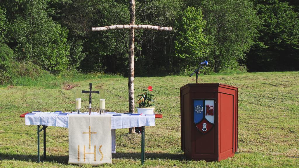 Feldgottesdienst. Ein schlichtes Feldkreuz sybolisiert, dass auch der innere Frieden beim Standortbiwak gesucht werden kann. (Bild: Rainer Weiß)