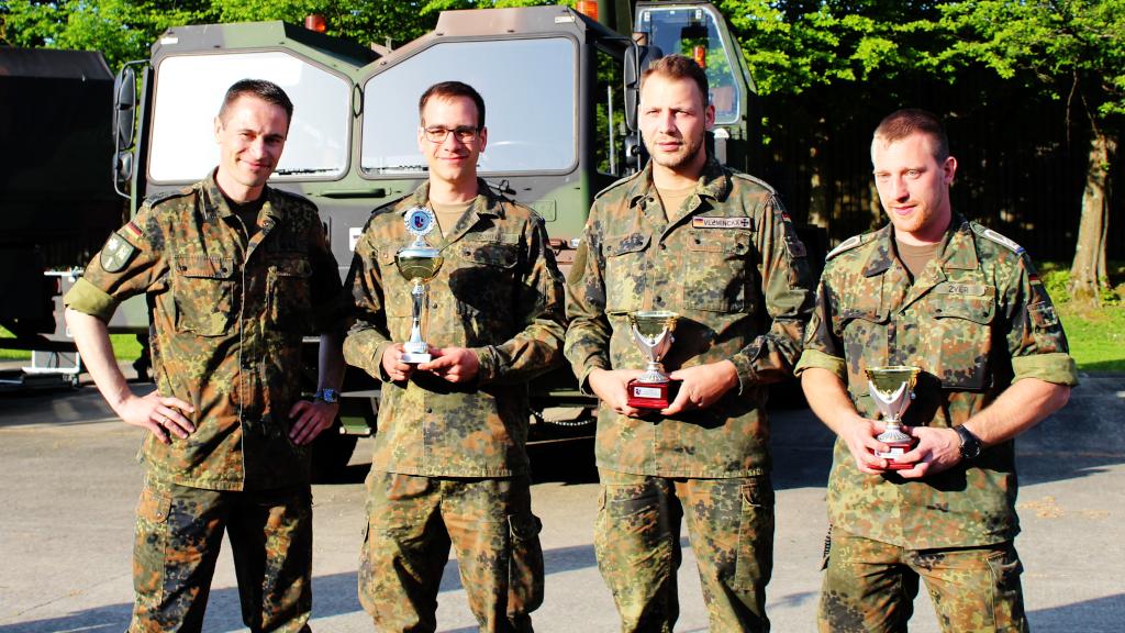 Oberstleutnant Christoph Werle mit den Siegern eines Wettbewerbs der Kompanien des Logistikbataillons, der an diesem Tag auch durchgeführt wurde. (Bild: Rainer Weiß)