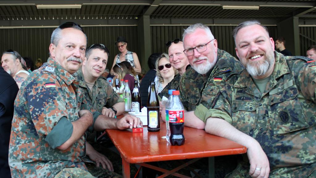 Der Vorsitzende der Walldürner Reservisten Oberfeldwebel d.R. Markus Gessler (links) an einem Tisch mit Kameraden aus der Kreisgruppe. (Bild: Rainer Weiß)