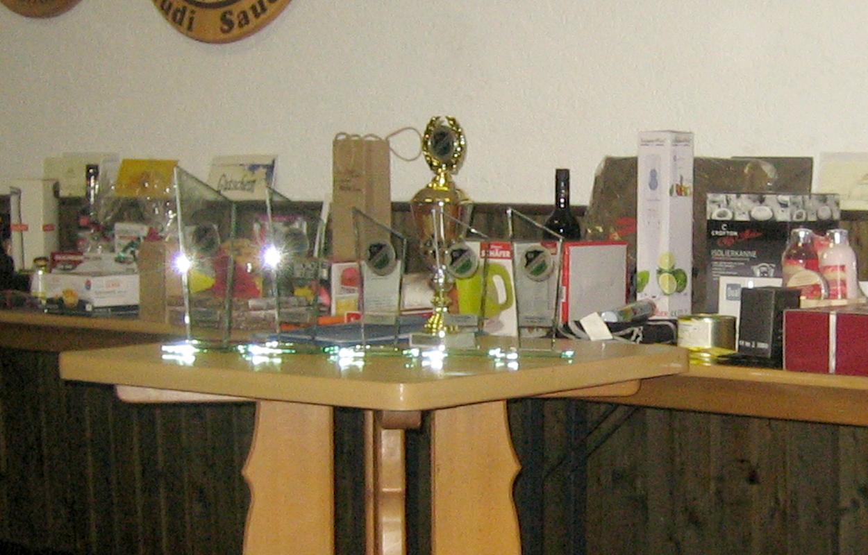 Der reichaltig mit Preisen ausgestattete Tisch mit den Pokalen und sonstigen Preisen. (Bild: Rainer Weiß)