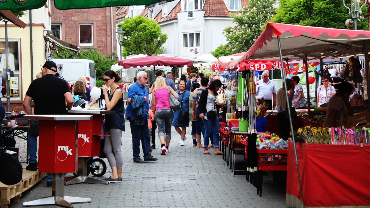 Marktgeschehen beim Blumen- und Lichterfest. (Bild: Rainer Weiß)