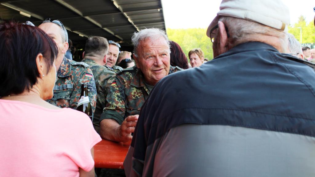 Oberstleutnat d.R. Wilfried Meissner bei einem ernstaften Gespräch mit einem Besucher des Standortbiwaks. Auch dazu sollte und wurde das Biwak genutzt. (Bild: Rainer Weiß)