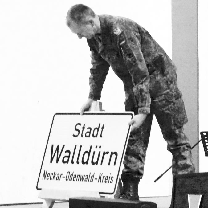 Beim Empfang: Oberstleutnant Dietzmann nimmt das Ortschild von Walldürn in Empfang. (Bild: Gerd Teßmer)