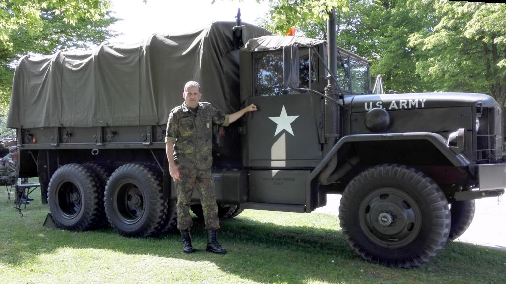 Feldwebel d.R. Bernd Seitz an einem Fahrzeug, das von der Reservistenkameradschaft aus Heilbronn, die militärhistorische Fahrzeuge einsatzbereit hält, zur Verfügung gestellt wurde. (Bild: Bernd Seitz)