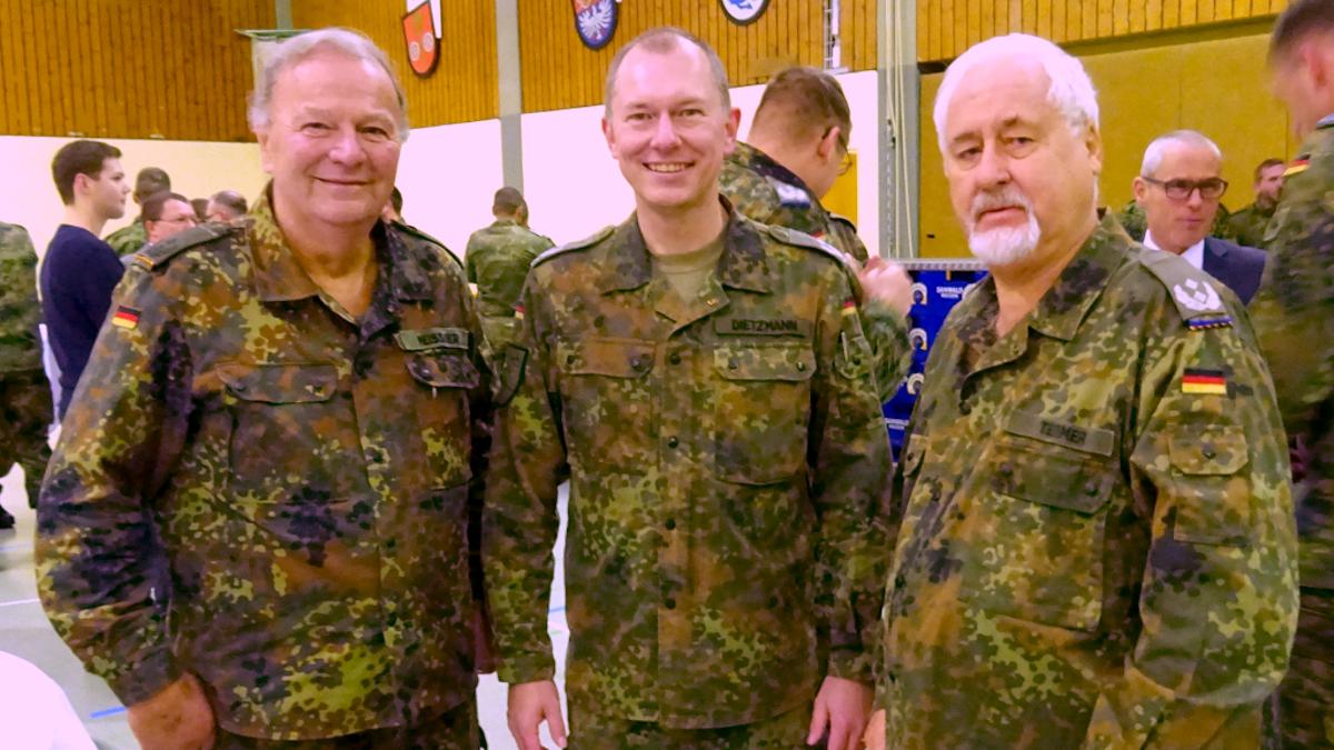 Oberstleutnant d.R. Wilfried Meissner (links) und Oberstleutnant d.R. Gerd Teßmer (rechts) beim Empfang im Gespräch mit Oberstleutnant Dietzmann vom Logistikbataillon 461. (Bild: Gerd Teßmer)