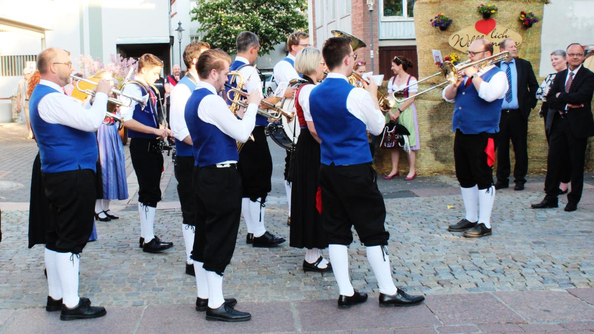 Die Walldürner-Trachtenkapelle spielt zur Eröffnung auf. (Bild: Rainer Weiß)