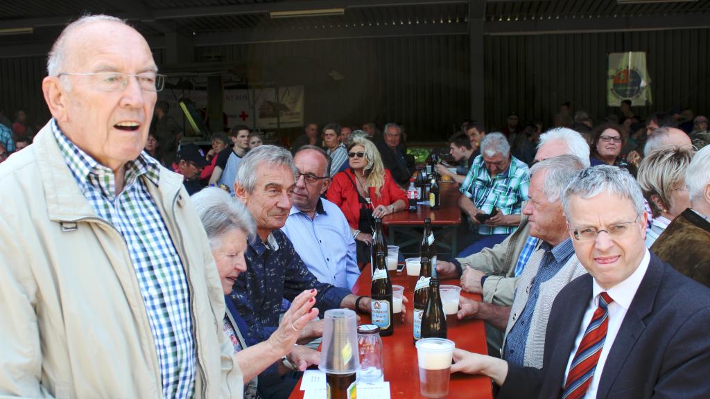 Ein Tisch mit ehemaligen Soldaten des aufgelösten Panzergrendierbataillon 362, das in Walldürn bis 1992 dort stationiert war. Auch Sie nutzten die Gelegenheit, die sich dort wieder einmal zu treffen. (Bild: Rainer Weiß)