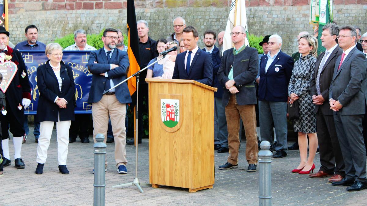 Bürgermeister James Chéron aus Montereau bei seinen Grußworten. (Bild: Rainer Weiß)