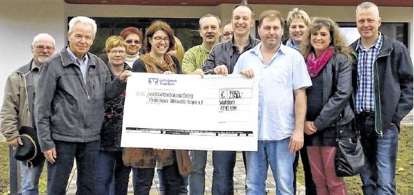 Bäckermeister Falko Günter als Sprecher aller an der Gemeinschaftsaktion Beteiligten überreichte den Spendenscheck an das Odenwald-Hospiz.