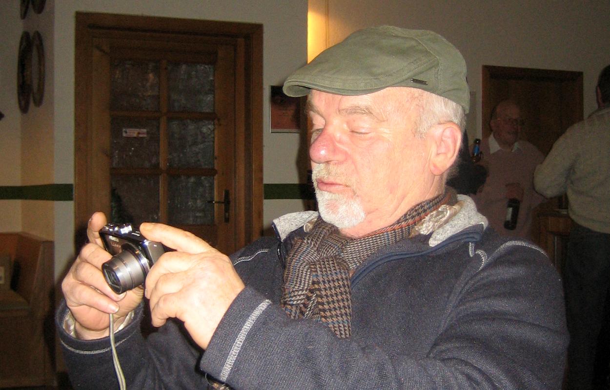 Ein seltener Anblick: Xaver mit einem elektronisches Hilsmittel. (Bild: Rainer Weiß)