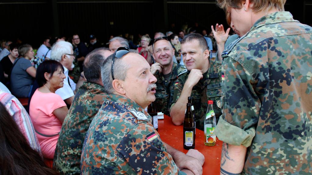 Auch die Reservisten aus der Kreisgruppe Rhein-Neckar-Odenwald trafen sich oft unter dem Schleppdach, um sich auszutauschen. (Bild: Rainer Weiß)
