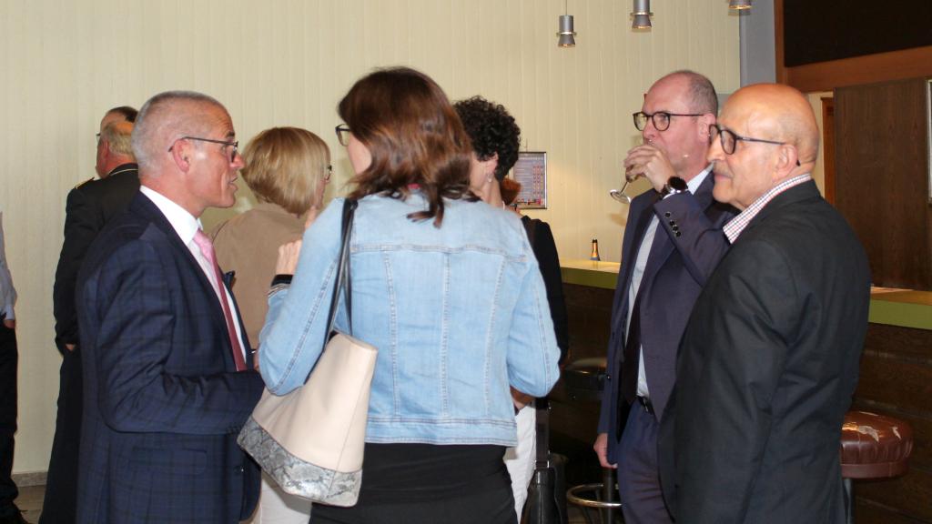Im Foyer. Bürgermeister Markus Günter (zweiter von rechts) im Gespräch mit Besuchern vor dem Beginn des Konzerts. (Bild: Rainer Weiß)