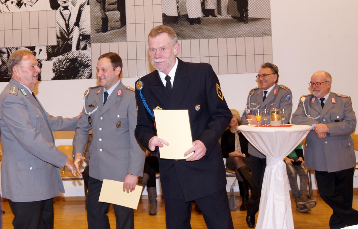 Ehrung für 15 Jahre Mitgliedschaft. In der Mitte Detlef Köhler, links neben ihm - der Kreisvorsitzende gratuliert gerade - Martin Böttcher.