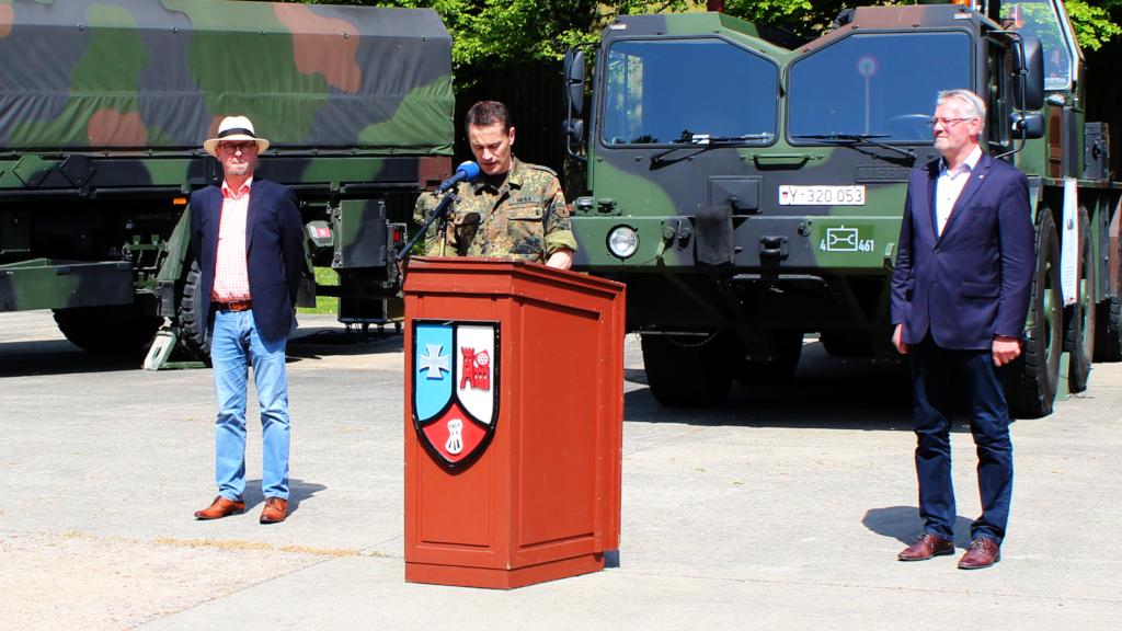 Oberstleutnant Christoph Werle bei der Begrüßung der Gäste. Mit ihm am Rednerpult MdB Alois Gehrig (rechts) und der Bürgermeister der Stadt Walldürn Markus Günter. (Bild: Rainer Weiß)