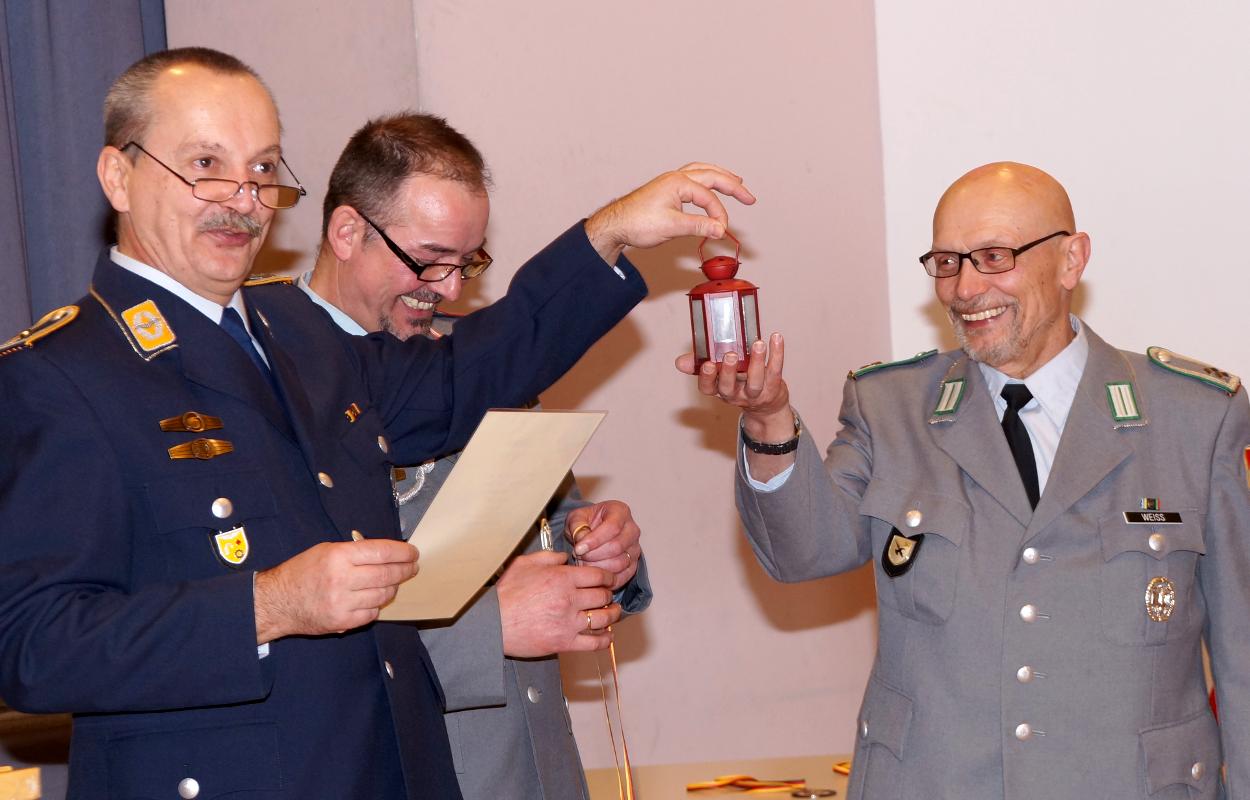 Darum! Rainer Weiß hat die Rote Laterne in diesem Jahr bei der Vereinsmeisterschaft gewonnen...