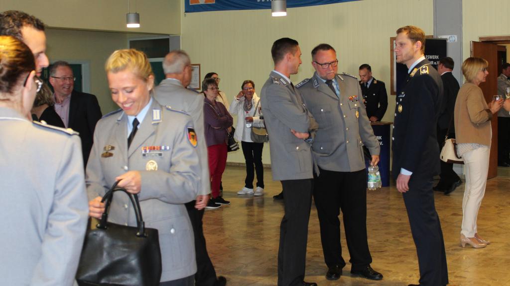 Vor dem Konzert war das Foyer der Nibelungenhalle ein beliebter Treffpunkt aller Gäste. Die Reservistenkameradschaft Walldürn bewirtete die Gäste. (Bild: Rainer Weiß)