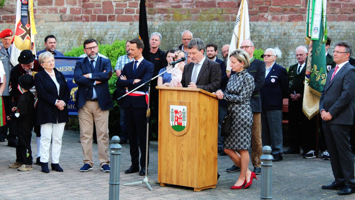 Bürgermeister Gabor Huszar aus Szentgotthárd mit seiner Dolmetscherin bei seinen Grußworten. (Bild: Rainer Weiß)