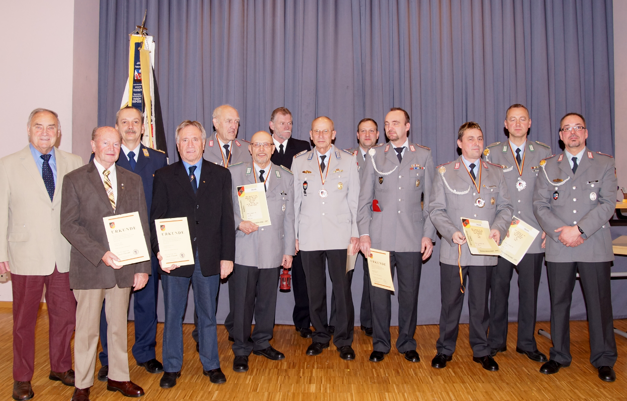Gruppenfoto mit den Mitgliedern, die fü ihre langjährige Treue zum Verband geehrt wurden und die Gewinner bei der Vereinsmeisterschaft 2015.
