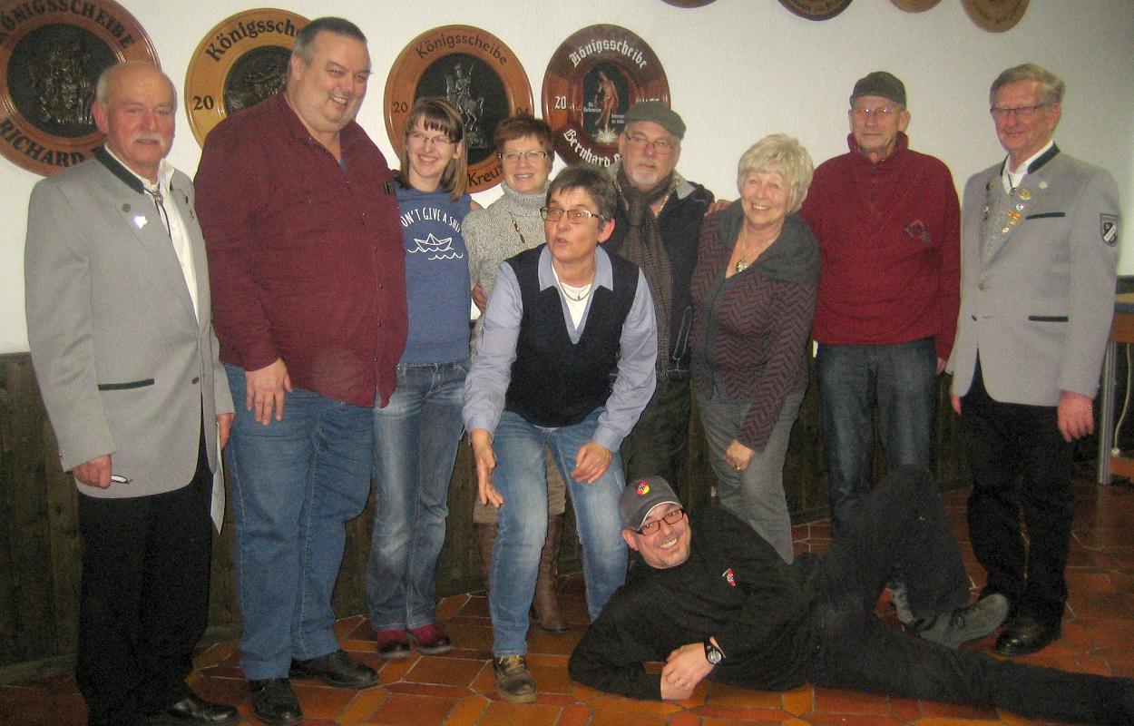 Auf dem großen Bild sieht man die Verantwortlichen des SV Rippberg (links und rechts außen) und einen Teil der Mannschaft. (Bild: Rainer Weiß)