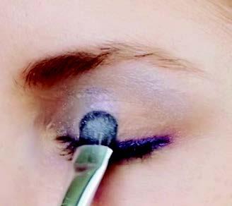 Hellblauen ton auf die Mitte des Augenlids setzen