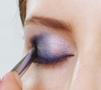Den äußeren Augen-innenwinkel bis hin zur  Lidfalte mit der dunkel-blauen Lidschatten- farbe intensivieren