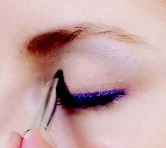 Inneres Drittel des Augen-innenlids mit der stein-grauen Farbe betonen